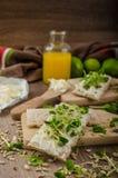 Café da manhã saudável, pão estaladiço com queijo creme orgânico Fotos de Stock