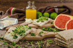 Café da manhã saudável, pão estaladiço com queijo creme orgânico Imagem de Stock Royalty Free