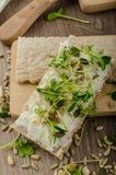 Café da manhã saudável, pão estaladiço com queijo creme orgânico Fotografia de Stock Royalty Free