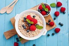 Café da manhã saudável - papa de aveia com bagas Imagens de Stock Royalty Free