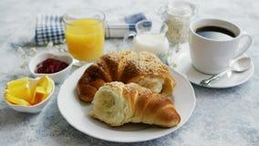 Café da manhã servido com bebidas e croissant vídeos de arquivo