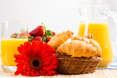 Café da manhã, suco, croissant e bagas adiantados Foto de Stock