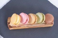 Café da manhã da tala de madeira dos macarons foto de stock royalty free