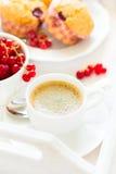 Café da manhã tradicional: café, queques do fruto e bagas maduras fotografia de stock royalty free