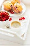 Café da manhã tradicional: café, queques do fruto e bagas maduras fotografia de stock