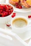 Café da manhã tradicional: café, queques do fruto e bagas maduras foto de stock royalty free
