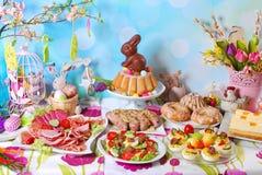 Café da manhã tradicional de easter na tabela festiva Fotografia de Stock