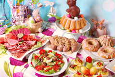 Café da manhã tradicional de easter na tabela festiva Imagens de Stock Royalty Free