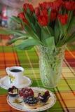 Café da manhã vermelho do café de Tartas dos bolos das tulipas Fotos de Stock