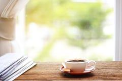 Café da manhã, xícara de café com jornais, perto da janela B Imagens de Stock Royalty Free