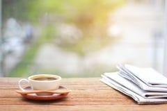 Café da manhã, xícara de café com jornais, perto da janela B Fotos de Stock Royalty Free