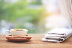 Café da manhã, xícara de café com jornais, perto da janela B Imagens de Stock