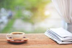 Café da manhã, xícara de café com jornais, perto da janela B Foto de Stock Royalty Free