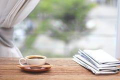 Café da manhã, xícara de café com jornais, perto da janela B Imagem de Stock Royalty Free