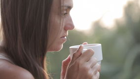 Café da mulher atrativa nova ou chá bebendo no balcão, close-up vídeos de arquivo