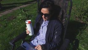 Café da mulher e PC bebendo da utilização video estoque