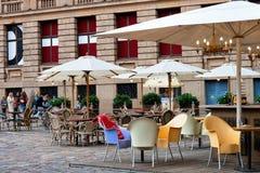 Café da rua do terraço na cidade velha de Riga fotos de stock royalty free