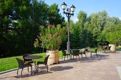 Café da rua do verão com as flores no fundo da construção histórica fotos de stock royalty free