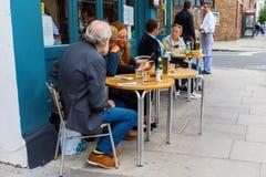 Café da rua em Notting Hill, Londres, Reino Unido Fotos de Stock Royalty Free