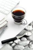 Café dans la cuvette de glas avec la serviette élégante Photographie stock
