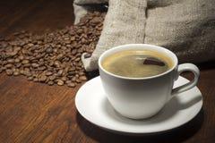 Café dans la table avec haricots Photos libres de droits