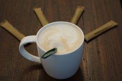 Café dans la tasse avec du sucre roux Photo stock