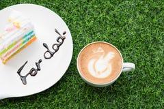 Café dans la tasse blanche avec le gâteau d'arc-en-ciel avec le mot photo libre de droits