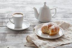 Café dans la tasse blanche avec les butées toriques fraîches Photographie stock