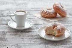 Café dans la tasse blanche avec les butées toriques fraîches Photos libres de droits
