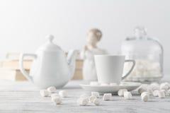 Café dans la tasse blanche de porcelaine sur la table en bois photo stock