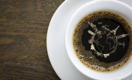 Café dans la tasse blanche sur la table avec le concept de déplacement Photo stock