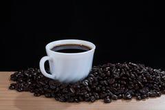 Café dans la tasse blanche, vue de 45 degrés Image libre de droits