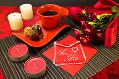 Café dans la tasse rouge avec l'enveloppe de cadeau Images libres de droits