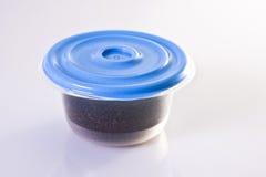 Café dans le conteneur hermétique en plastique Photo stock