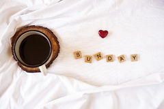 Café dans le lit et les lettres en bois Photo libre de droits