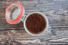 Café dans un pot en verre sur une table foncée image libre de droits