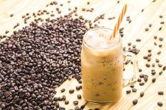 Café dans un verre de tasse sur la table en bois Images stock