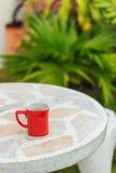 Café dans une cuvette rouge Photos stock