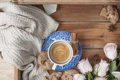 Café dans une tasse de vintage, sur un fond en bois et un bouquet des roses blanches Endroit gratuit pour le texte ou la carte po photographie stock libre de droits