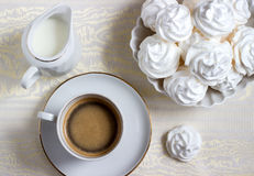 Café das cookies da merengue com creme Foto de Stock Royalty Free