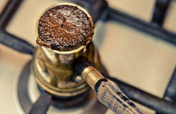 Café de ébullition dans le cezve sur le fourneau Photo stock