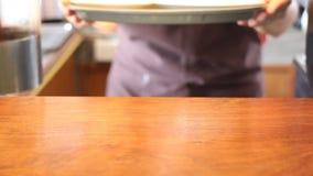 Café de Barista Serving Cups Of en tienda del café almacen de metraje de vídeo