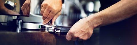Café de barman faisant le concept de service de préparation de café photographie stock