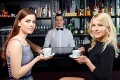 Café de boissons d'amis à une barre Photo libre de droits