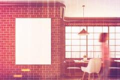 Café de brique avec une affiche verticale, plan rapproché, fille Photo stock