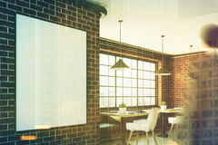 Café de brique avec une affiche verticale, plan rapproché, homme Photographie stock