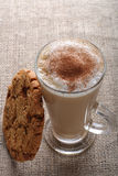 Café de café - cappuccino de Latte dans une glace grande photos libres de droits