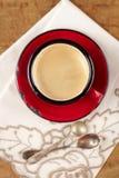 Café de café express dans des cuillères argentées de tasse rouge d'émail Photos libres de droits