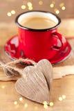 Café de café express, tasse rouge d'émail, deux coeurs photos libres de droits