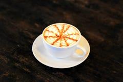 Café de cappuccino au-dessus de table en bois Photo libre de droits